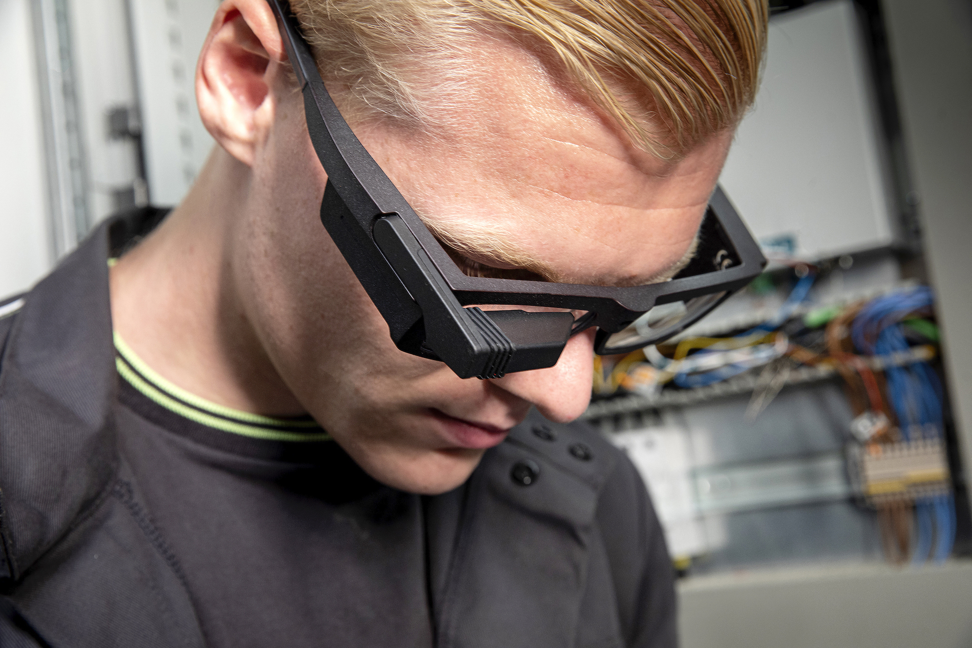 Operator wearing smart glasses for remote assistance