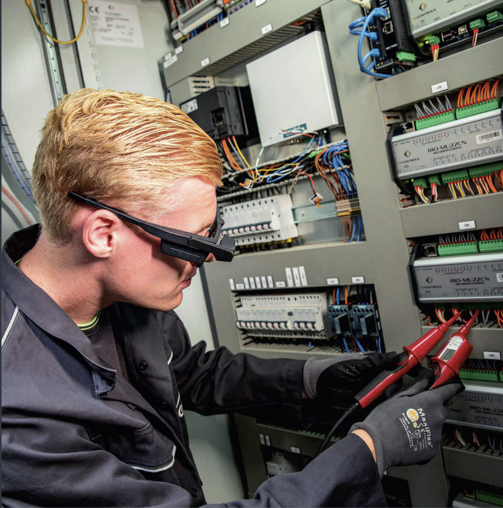 Operator working with both hands free thanks to smart glasses